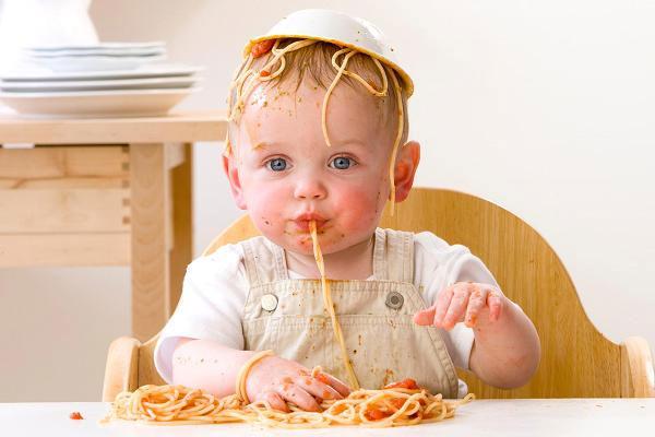 Малыш кушает макароны
