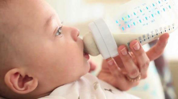 Кормление младенца из бутылочки