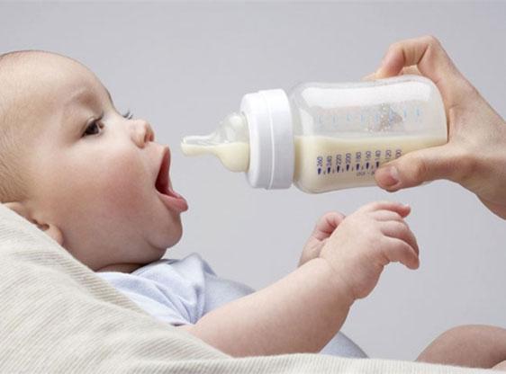 Младенца кормят смесью из бутылочки