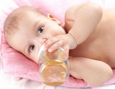 Ребенок пьет фиточай