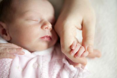 малыш и мамина рука