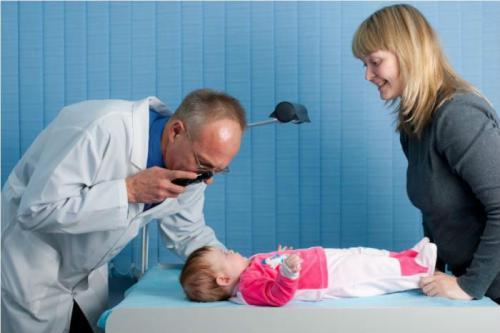 Осмотр малыша ЛОР-врачом перед зондированием