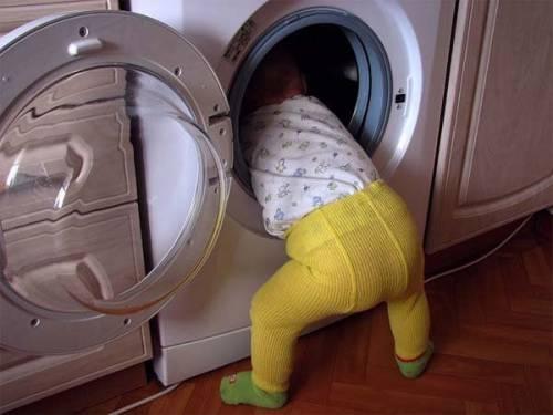 Ребенок залезает в стиральную машину