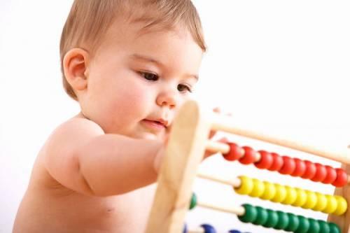 Малыш играет со счетами