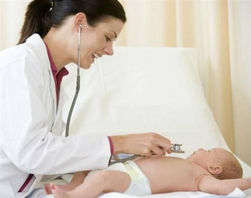 Врач обследует грудного ребенка