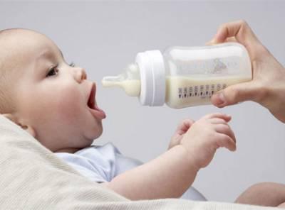 Кормление малыша с бутылочки