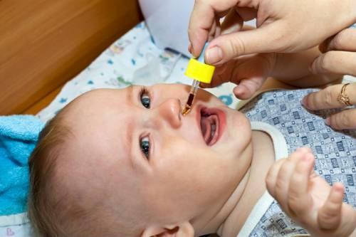 Закапывание лекарства в нос новорожденному