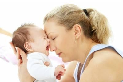 Мама успокаивает плачущего младенца