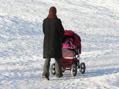 Мама гуляет с коляской зимой