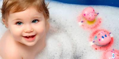 Ребенок сидит в пенной ванне