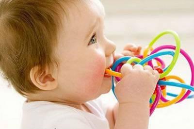 Ребенок тянет игрушку в рот