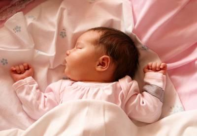 Младенец спин на спине