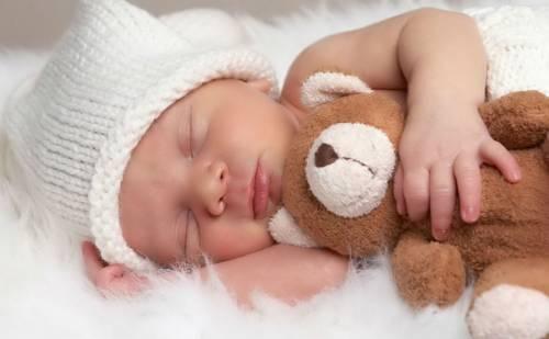 Младенец спит с мишкой