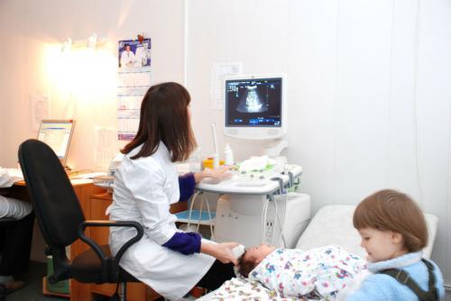 Младенцу делают нейросонографию