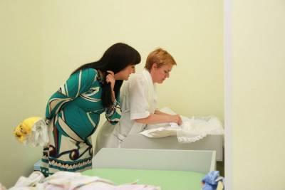 Процесс одевания новорожденного