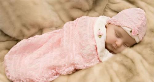 Ребенок в розовой пеленке