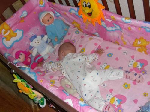 Младенец спит на животе