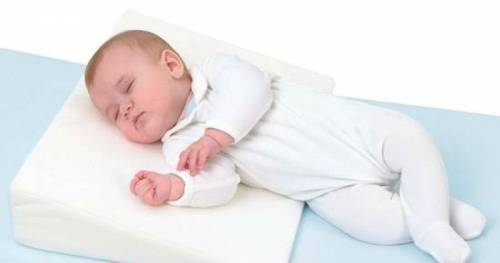 Новорожденный спокойно спит