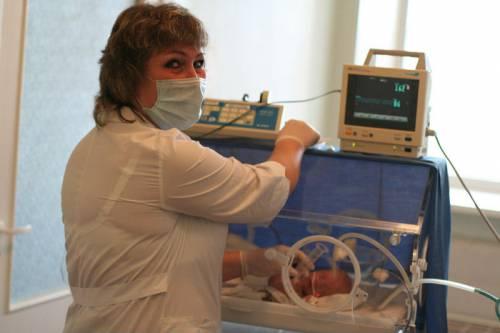Недоношенный ребенок в кювезе