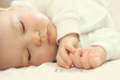 Малыш спит на спине