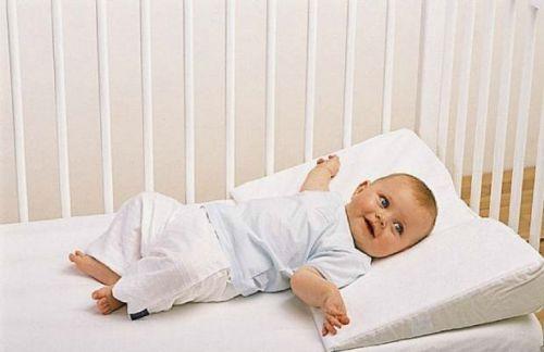 младенец на подушке