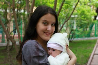 Мама держит новорожденного на руках