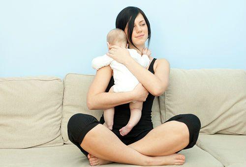 Мама держит малыша столбиком