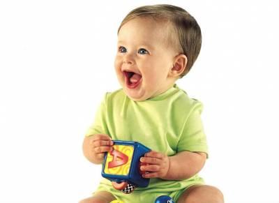 Малыш играет с кубиком
