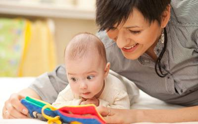 Мама с ребенком рассматривают книгу