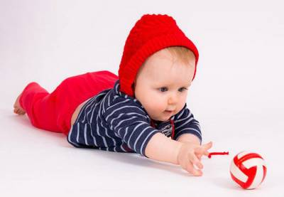 Ребенок ползет к игрушке