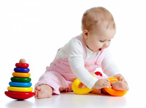 Малыш играет с пирамидкой