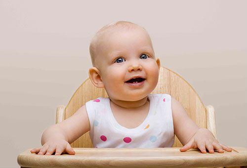 Ребенок сидит за обеденным столиком