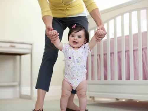 Ребенок стоит с поддержкой