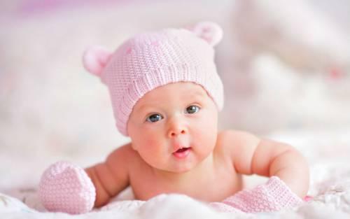 Младенец в розовой шапке