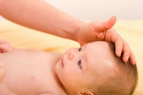 Пальпация родничка у младенца