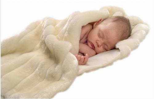 Младенец спит в одеяле