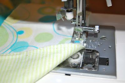 процесс шитья пеленки