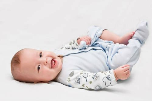 Новорожденный в голубом комбинезоне