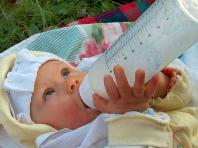 Малыш кушает с бутылочки