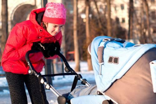 Мама гуляет с новорожденным зимой