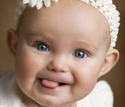 Грудной ребенок показывает язык