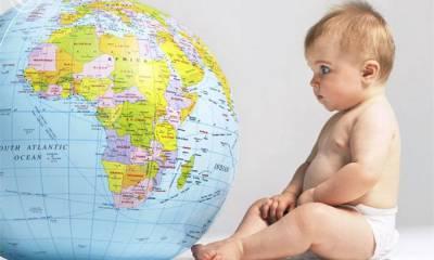 Ребенок рассматривает глобус