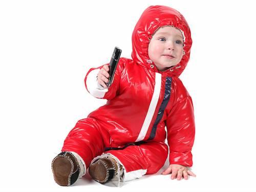Ребенок в красном зимнем комбинезоне