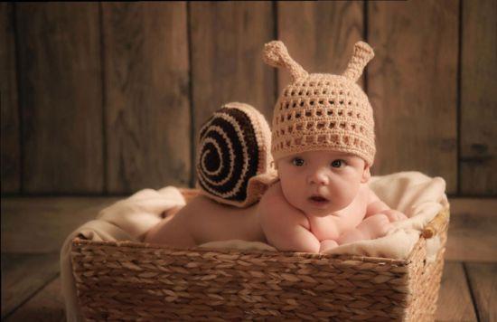 Младенец в шапочке улитки