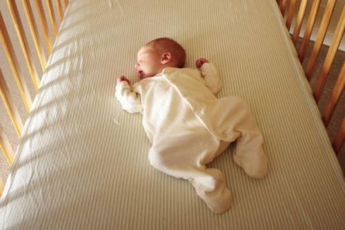Ребенок спит на спине