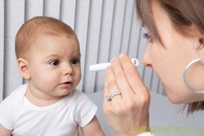 Осмотр глаз маленького ребенка