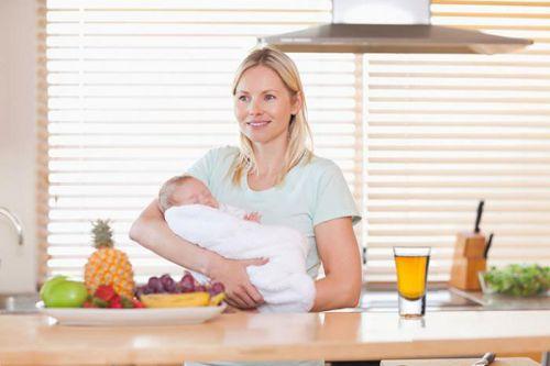 Мама с ребенком за столом