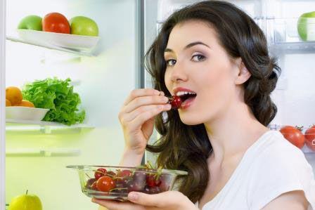 Девушка ест черешню