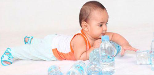 Ребенок и бутылки с водой