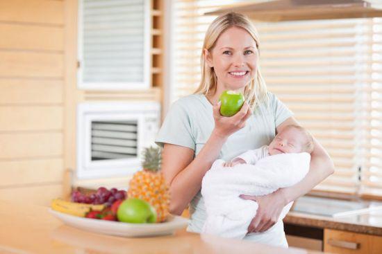 Мама грудничка ест яблоко